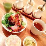 47742828 - 野菜ジュース・おかず2品・サラダ・スープ・手作りドレッシング    野菜がいっぱい♡