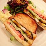47742840 - クラブハウスサンドイッチ。野菜とポテトサラダ付き。