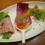 47745168 - おすすめ前菜の盛合わせ:炙りサーモンのカルパッチョ、彩り野菜のバーニャカウダ、モルタデラソーセージとルッコラ