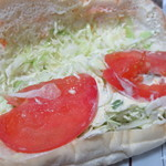 福田パン - このトマトの下にバジルチキンがある