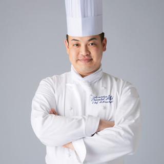 鮮やかなコテさばきで素材を活かす、料理長・鍬先章太
