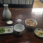 出石皿そば 五萬石 - 特・特・皿そばランチのかやくご飯、薬味、つゆなど。
