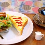 ぼんぼんとけい  - 料理写真:卵トースト、サラダ、甘い一口サンドイッチ。