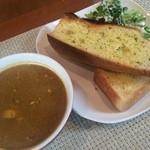ホットポウ カリーキッチン - チキンカレー(ホットホット)とガーリックトースト