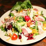 八種の野菜を使った生ハムorサーモンのシーザーサラダ