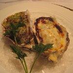 博多和田門 - 牡蠣・・ガーリックバター焼きとチーズ焼きの2種で出されましたが、どちらもいいお味です。