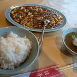 吉興 - 「麻婆豆腐定食」(750円)。シンプルな構成。