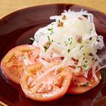 トマトとタマネギ、アンチョビのサラダ