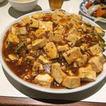 紅宝石 - 麻婆豆腐丼(大) この皿のデカさΣ(゚Д゚ノ)ノ