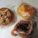 47794550 - この日はおやつ用のパンを買ったんで甘いパンを中心に3つ選んでみました。