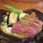 つわぶき - 鹿児島牛のヒウチの鉄板焼き、ガーリック・チップ添え2