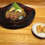 つわぶき - 鹿児島牛のヒウチの鉄板焼き、ガーリック・チップ添え1