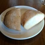 オステリア オギノ - ホッカホカのフォッカチャと 日本のパンの良いとこどりしたみたいなパンです。