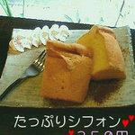 4780332 - たっぷりシフォン(\350)生クリーム添え。ケーキの下にココアパウダー。