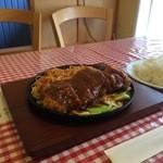 洋食屋チャーリー - 鉄板とんかつをいただきました、950円ですが、ご飯大盛りにしたので、50円アップになります