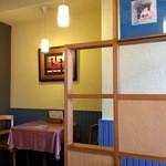 洋食屋チャーリー - 座ったのは、4人掛けテーブル、向かいに2人掛けテーブルが、もう1卓あります