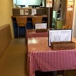 洋食屋チャーリー - 奥に小さな2人掛けのカウンター席、手前に、2人掛けテーブルが2卓と4人掛けテーブルが 1卓あります