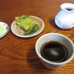 荻の源蔵そば - 汁・薬味と漬物。つゆ