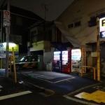 横浜家系 侍 - 「横浜家系 侍」奥に駐車しているタクシーの運転手も侍でラーメン食ってました!!