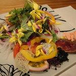 にしがも 神橋 - お造り:地元の野菜と魚介のサラダ仕立て