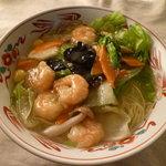 餃子屋台 - 海老とレタスがたっぷり入ったシンプル湯麺。