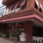 AOI Bakery - 街の昔からあるパン屋さんという感じですね。