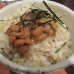 草草 - おかわりの玄米ご飯、納豆乗せ
