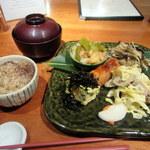 草草 - お野菜たっぷり玄米定食、玄米ご飯はゆかり乗せ。