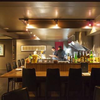 料理ができる様子を楽しめるオープンキッチンスタイル