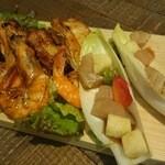 HULA GRILL the garden - こんがり殻ごと美味しいガーリックシュリンプ、中華風醤油ソースがマッチするアヒポキ