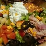 47827773 - アボカドやトマト、チキンやベーコンなどの具にリコッタチーズがまろやかさをプラス