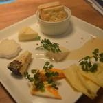 47829103 - 世界のチーズの盛り合わせ