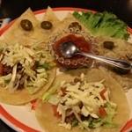カーニバルハウス - サービスメキシカン3点セット(奥から、ケサディーヤ、ひき肉のタコス、挽き肉のブリトー)