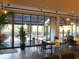512 CAFE & GRILL - 店内から見たテラス