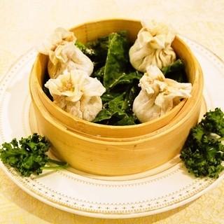 ランチはメイン料理と種類豊富なビュッフェ形式でお腹いっぱい★