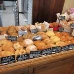 るぱん - お店はそんなに大きなお店ではありませんが店内には焼きたてのパンが美味しそうな香りを漂わしてたくさん並んでました。