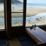 シャンシャン茶屋 - お店の窓から見る伊比井の美しい自然風景