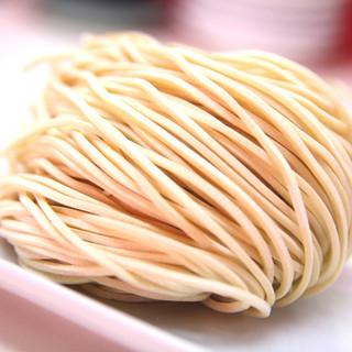 製麺所に特注オーダーされたこだわり小麦麺