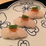 まき村 - 豊後水道の天然とらふぐ       身厚だとダメなので、薄くおろしたのをダブルで握った寿司