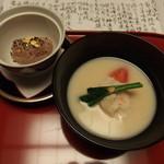 強羅 花壇 - 椀 白味噌仕立て(蟹真丈、軸蓮草、梅人参)金箔入り赤飯