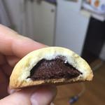 47857787 - 天ゆく月。 ディズニーランドのクッキーに似ています。中はチョコのペースト。