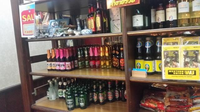 バンタイ - 入口付近にはたくさんのタイのお酒