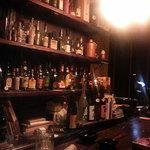 BAR SPOON - 店内カウンター。暖色の照明と木の温かさが感じられる落ち着いた雰囲気。