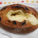 グリーンフィールド - レーズンとクリームチーズのカンパーニュ ¥280-