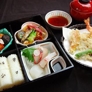 天婦羅とお吸い物も付いた贅沢な松花堂弁当