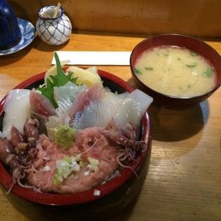 行寿司 - サービスランチの五種丼。 ひらめ、あじ、いか、ねぎとろ、ほたるいかの五種類。 税込850円。 美味し。