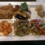 神仙閣 - (左上から時計回りに)厚揚げと筍の煮物、酢豚、ザーサイ、筍、ピーマン、豚肉の炒め、肉とセロリの炒め、エビチリ