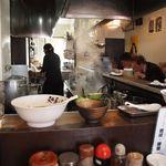 麺屋・高豚 - 食べ終えて丼を上げた後の1枚 この時は満席で2人のお客さんが待ってました