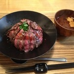 佰食屋 - ステーキ丼、みそ汁