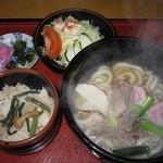 味の老舗 八千代 - 2016年の肉うどん定食(炊き込みご飯、サラダ付)870円